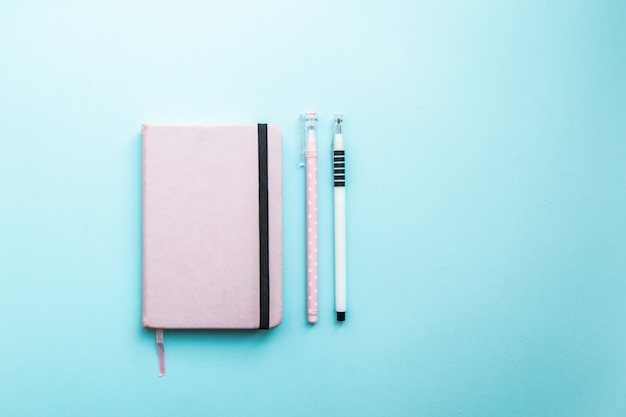 Draufsicht leeres schulheft und farbbleistift, notizblock auf einer tabelle. design konzept