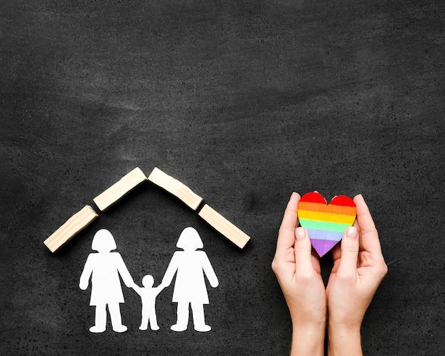 Draufsicht lgbt familienkonzept auf tafel mit kopienraum