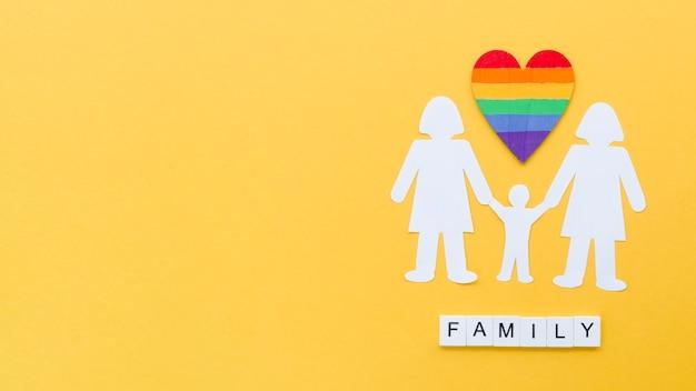 Draufsicht lgbt familienkonzeptanordnung auf gelbem hintergrund mit kopienraum