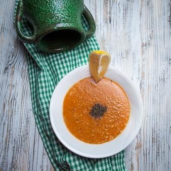 Draufsicht linsensuppe mit zitrone und krug im nahrungsbrett