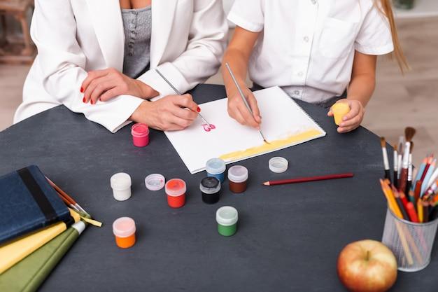 Draufsicht, mädchen und mutter malen mit farben