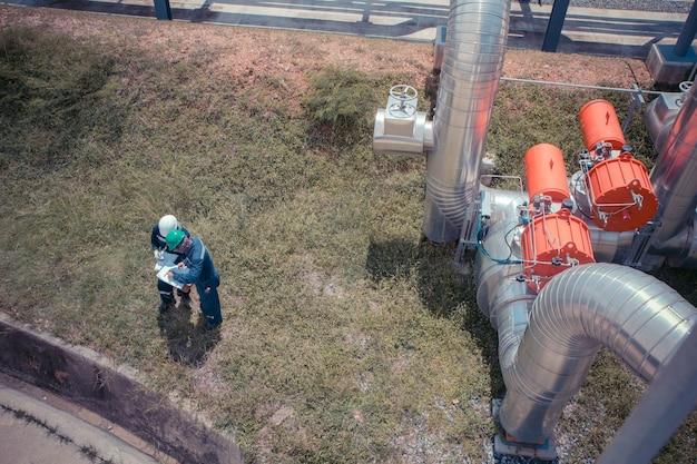 Draufsicht männliche zwei arbeiter inspektion visuelles rohrleitungsventil öl und gas