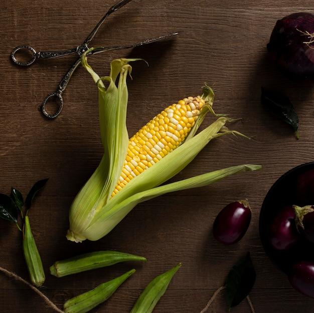 Draufsicht mais und auberginen