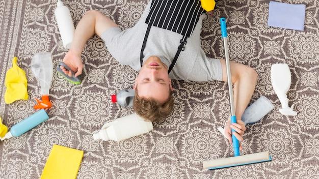 Draufsicht mann müde von der reinigung