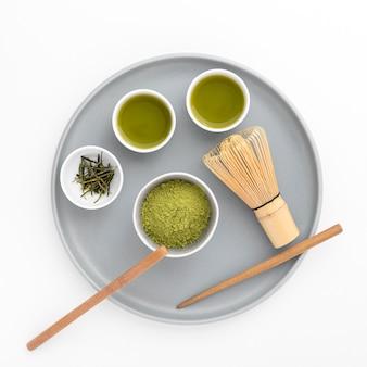 Draufsicht matcha pulver mit bambus wischen