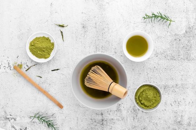 Draufsicht matcha tee und bambus wischen
