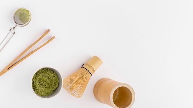 Draufsicht matcha teekonzept auf dem tisch