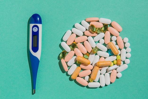 Draufsicht medizin mit thermometer auf dem tisch