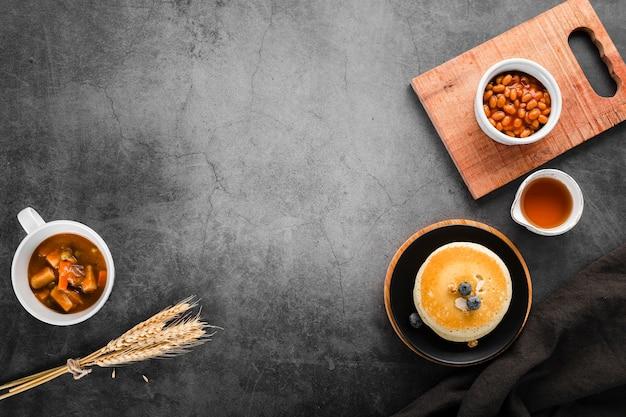 Draufsicht mehrere frühstücksoptionen auf dem tisch