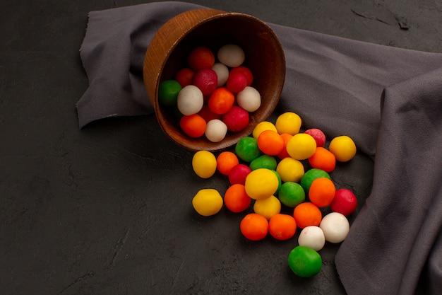 Draufsicht mehrfarbige bonbons lecker im dunkeln