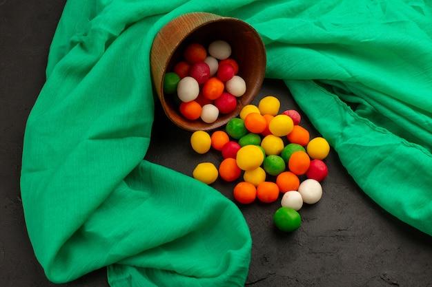 Draufsicht mehrfarbige bonbons süß im dunkeln