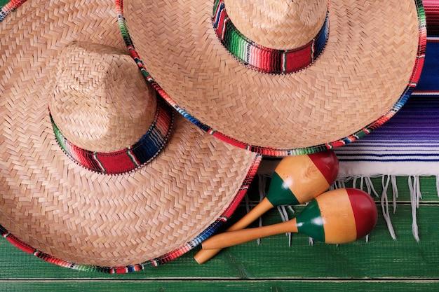 Draufsicht mexiko-fiestakarnevalssombrero maracas nahaufnahme