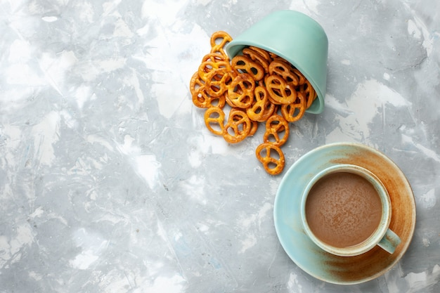 Draufsicht milchkaffee mit crackern auf weißem hintergrund schokoladenkeks süßer zucker