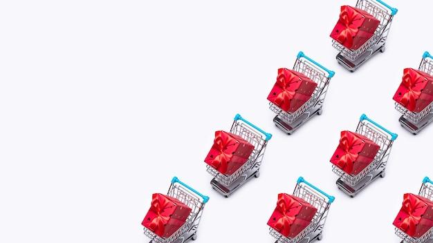 Draufsicht miniatur-einkaufswagen mit geschenken