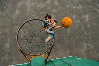 Draufsicht mit dem Band der Mädchen, die Basketball spielen