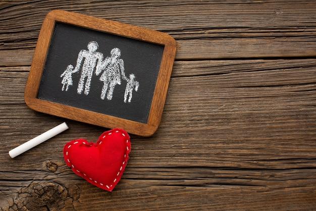 Draufsicht mit familienfigur auf dem tisch