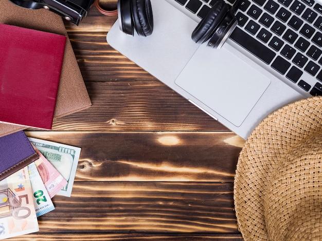 Draufsicht mit geld auf hölzernem hintergrund