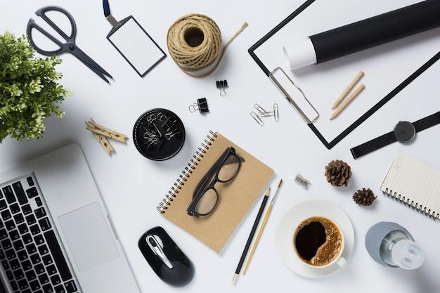 Draufsicht mit laptop und bürogeräten