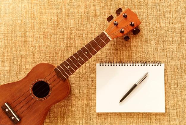 Draufsicht mit ukulele auf sofa