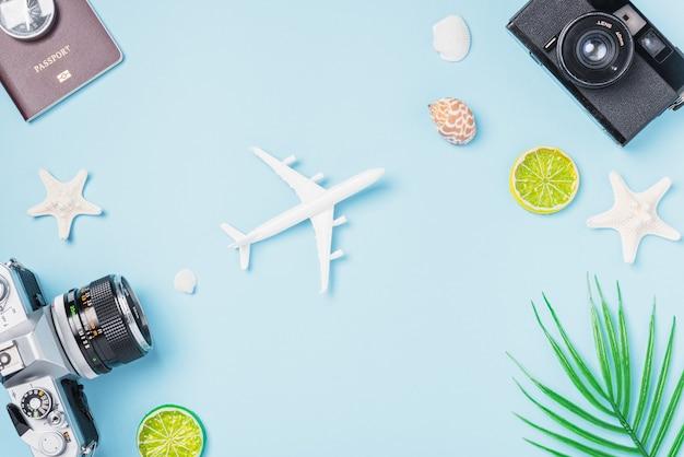 Draufsicht modell retro kamera filme, flugzeug, pass, seestern, muscheln reisende tropische accessoires