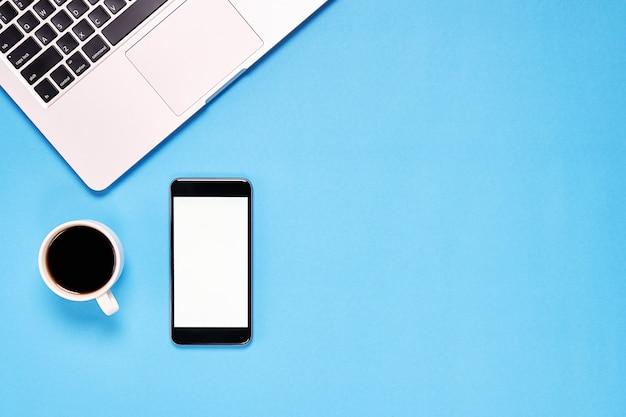 Draufsicht, moderner arbeitsplatz mit laptop und smartphone