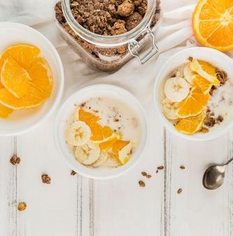 Draufsicht müsli mit orange und milch