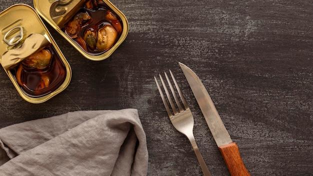 Draufsicht muscheln mit besteck und küchentuch