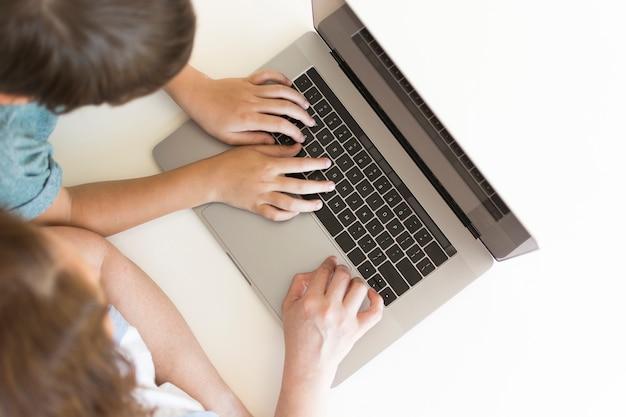 Draufsicht mutter und kind auf laptop