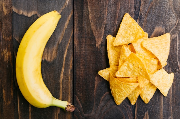 Draufsicht nachos gegen banane