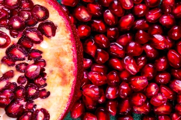 Draufsicht nah geschälten granatapfel