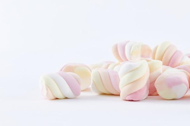 Draufsicht nahaufnahme von bunten marshmallows isoliert auf einer weißen oberfläche white