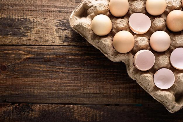 Draufsicht nahaufnahme von eierschale und ganzen eiern in pappe recycelten eierkarton