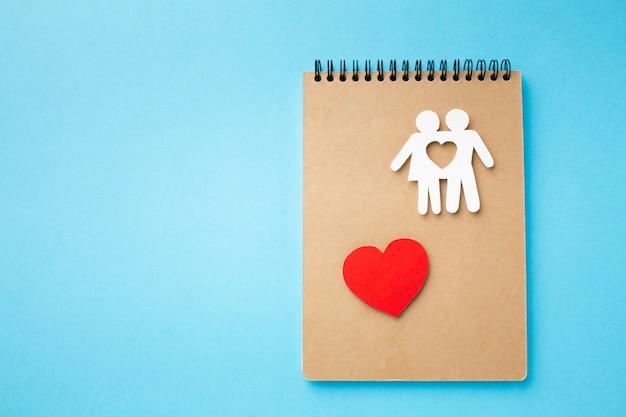 Draufsicht-notizbuch mit familienfigur