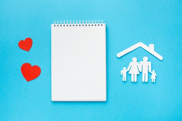Draufsicht-notizbuch mit familienfigurenkonzept