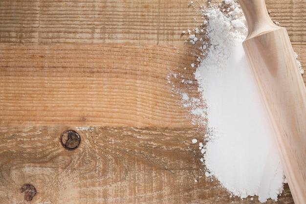 Draufsicht nudelholz auf weißmehl