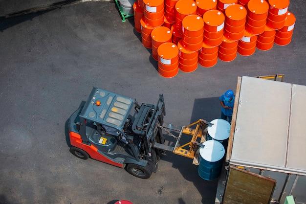 Draufsicht ölfässer gabelstapler bewegen sich auf dem transportwagen