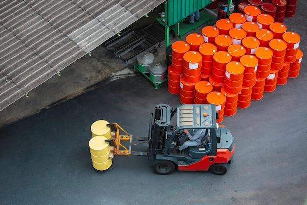 Draufsicht ölfässer gabelstapler bewegen sich auf dem transportwagen.