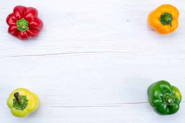 Draufsicht offul paprika auf weißem, pflanzlichem gewürz warmes essen mahlzeitprodukt ausgekleidet