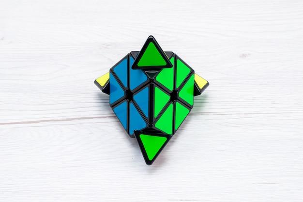 Draufsicht offul spielzeugkonstruktion entworfen auf leichtem schreibtisch, spielzeugplastik