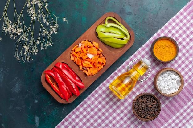 Draufsicht olivenöl mit verschiedenen gewürzen und salat auf dunkelblauem oberflächenbestandteilproduktlebensmittelfoto