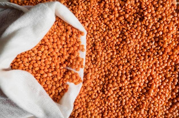 Draufsicht orange bohnenbeutel mit kopierraum