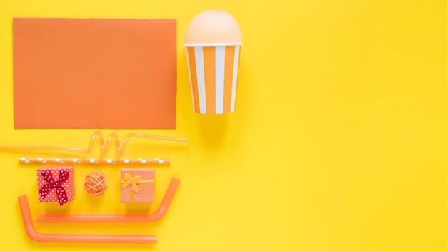 Draufsicht orange partyartikel mit kopierraum