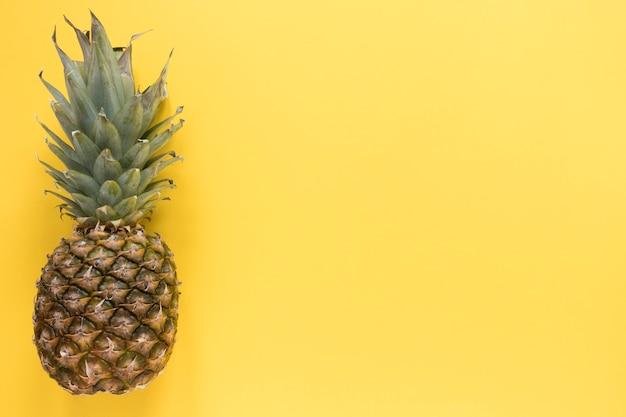 Draufsicht organische ananas mit kopienraum