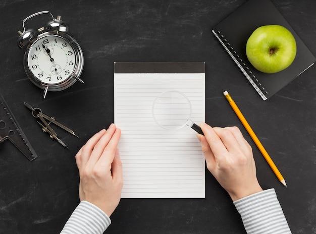 Draufsicht pädagogische elementanordnung mit leerem notizblock