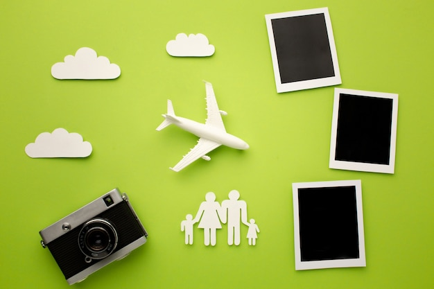 Draufsicht papierfamilie mit kamera und sofortbildern