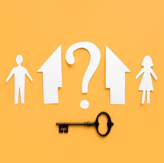 Draufsicht papierfamilienhaus mit schlüssel getrennt