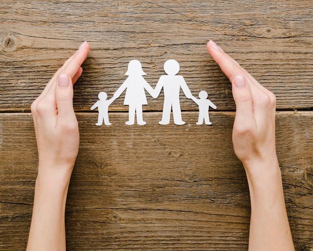 Draufsicht papierfamilienzusammensetzung auf hölzernem hintergrund