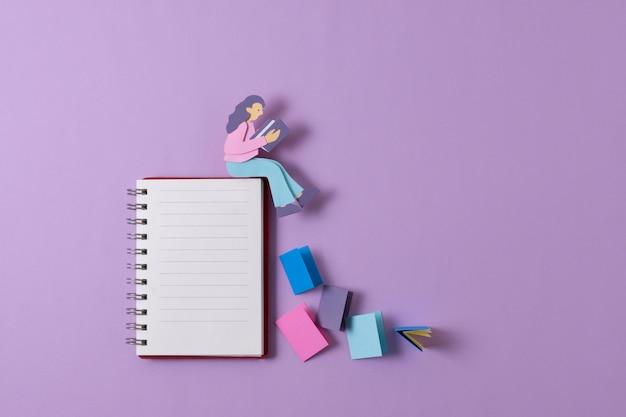 Draufsicht papierfrau auf notebook