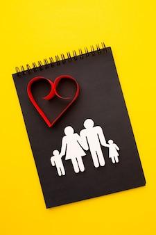 Draufsicht papierschnittfamilie mit herz