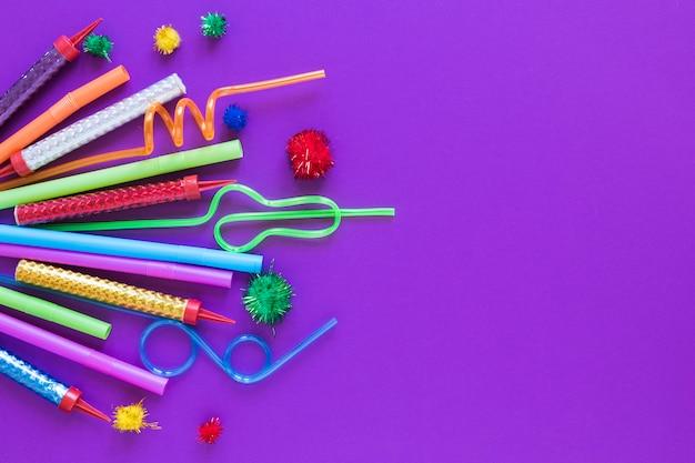 Draufsicht partyartikel auf lila hintergrund